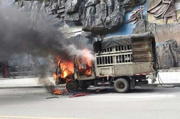 眼睁睁的看车辆被烧!货车起火燃烧灭火器竟然过期了