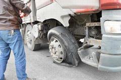 货车爆胎后 在应急车道内换轮胎被扣3分