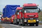 千吨货物也不在话下 前牵引后顶推 看大件运输的奇特方式