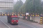 必须罚!大货车明知超高还非要往前开 撞倒限高杆后竟加速驶离