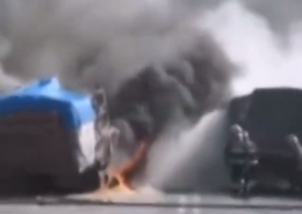 英雄!货车相撞起火司机帮对方卸掉车头