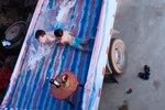夏天太热怎么办?卡友的小货车变泳池 卡友:孩子开心就好