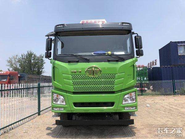 满足城市渣土运输环保高要求,实拍解放JH65米8短轴距自卸车