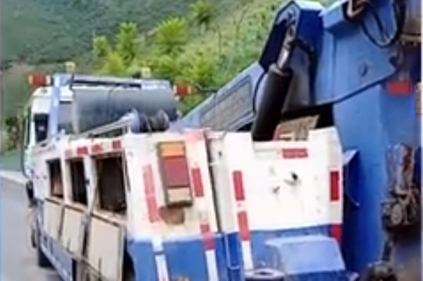 合理不 卡车高速熄火4公里拖车费2400元