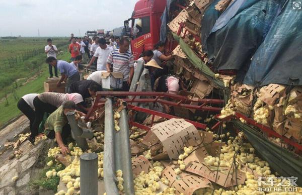 人祸甚于车祸,10吨猪肉被哄抢就剩3吨,车门也不放过,保险都不赔