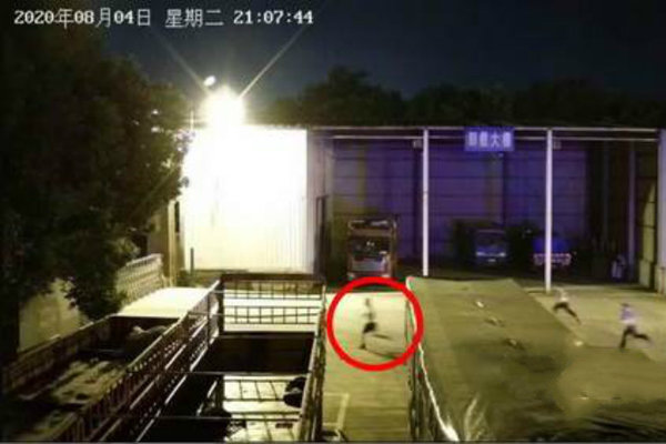是亲生的吗?货车超载被查司机扔下15岁儿子跳河逃跑