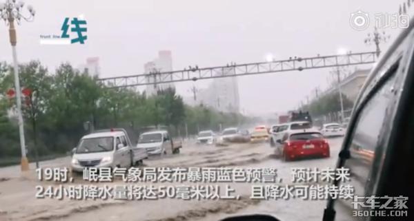 岷县暴雨突发 山洪冲毁国道冲走卡车