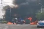 2货车相撞起火 修车师傅拆车头开出火场