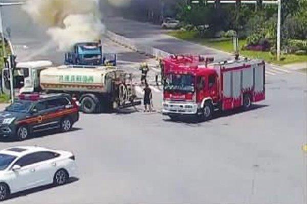 巧了!货车自燃起火洒水车'客串'消防车开车前要多检查!