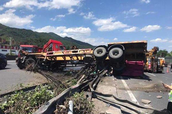 三伏天货车在高速上突然爆胎车身分离一下子占了6个车道
