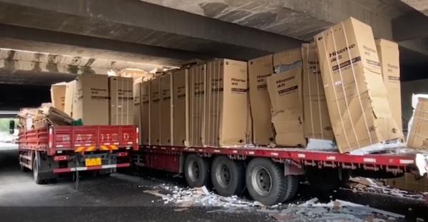 损失近40万!陕西货车满载冰柜被卡桥下