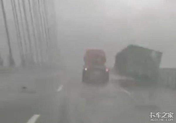 台风天跑车,货车司机险丧命,极端天气下如何确保行车安全?