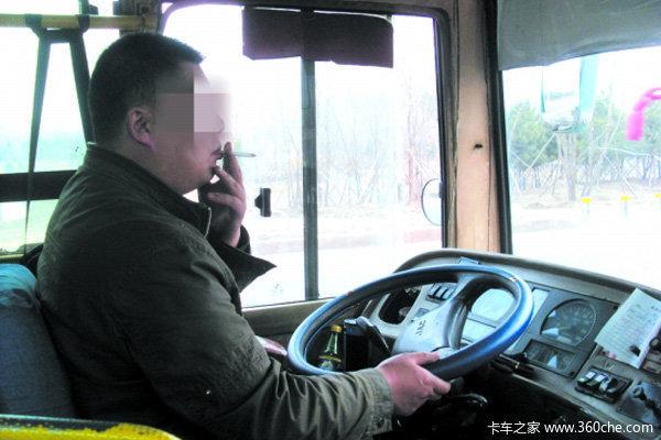 有人拍了拍你温馨提示:卡车司机最常见几种饮食误区一定要留心