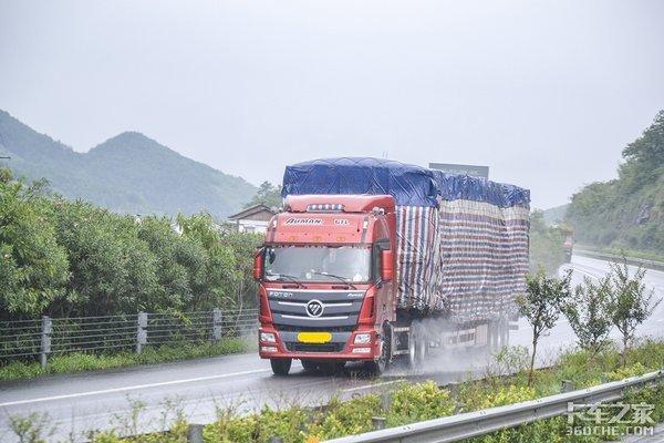 雨天行车的卡友需注意要想平平安安回家去这些方法要知道