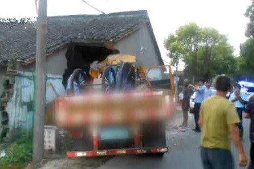 货车司机酒驾失控撞进路边民宅!驾驶证还因为上一次酒驾被查扣中
