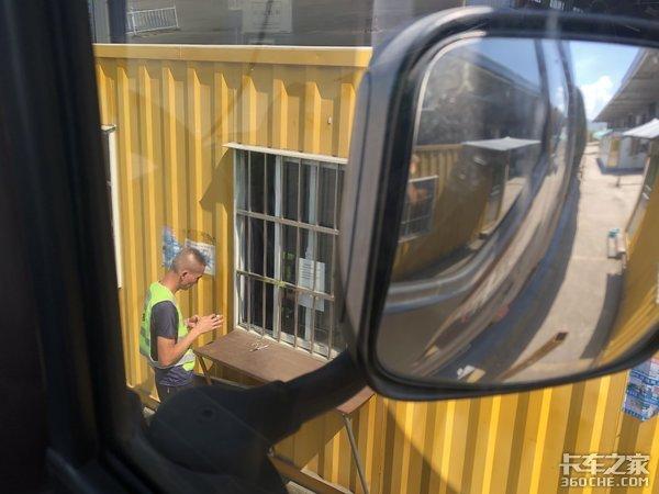 白天开车拉货,晚上平安回家,卡友:这种替班司机的生活很知足
