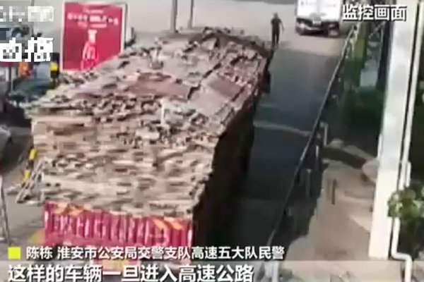 危险!核载3人的大货车驾驶室塞了8个人
