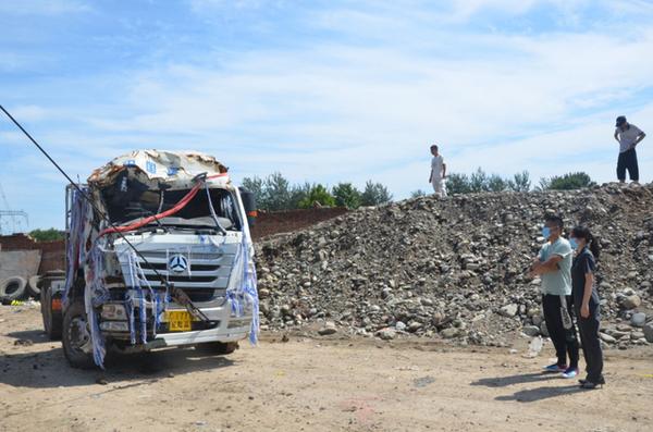 货车撞进院墙后不翼而飞几经辗转被拖至垃圾中转站