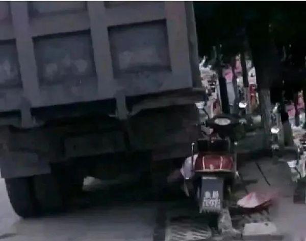修车厂违停货车致老人撞上身亡被判赔11万车主还要负连带责任