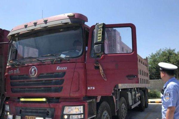 罚款200记6分西安六辆货车组团闯红灯被举报司机:我没看见红灯