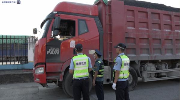 广西南丹:40多辆百吨王货车顶风作案