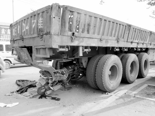 违法货车被执法人员锁路边一辆摩托车撞上后车主死亡责任究竟在谁?