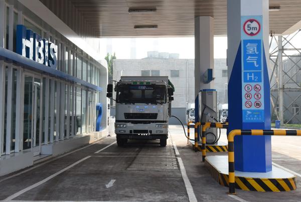 国内首例49吨氢燃料电池重卡同步运营!河钢首座加氢示范站投入使用