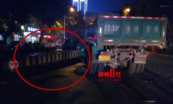 柳州一限高架被货车撞断司机被砸不幸身亡卡友:限高令人头秃
