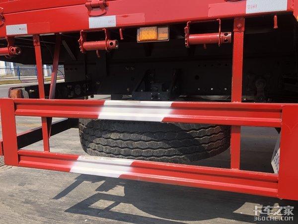 比8X4载货车自重轻,能拉更多货,实拍欧曼GTL8x2仓栅车