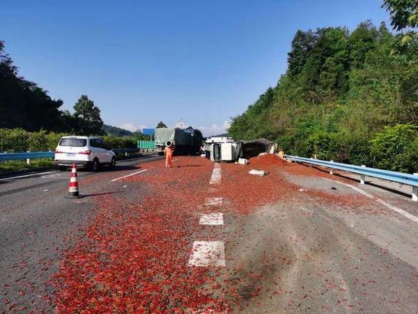 红灿灿的辣椒铺满高速路