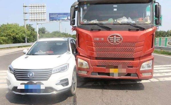 开车时请务必远离大货车视角盲区较多一不留神就危险了!