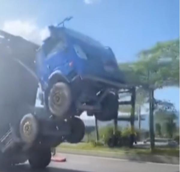 货车悬空被卡4.8米限高架司机淡定求援
