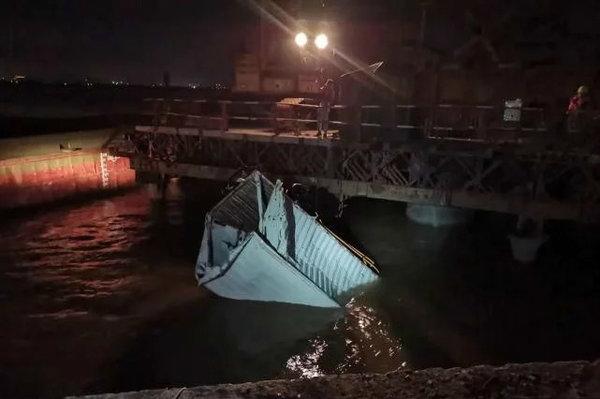 广东一货车失控冲出大桥坠海33岁司机扔未找到望平安归来