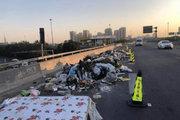 货车司机在高速上倾倒10吨垃圾 一审获刑3年