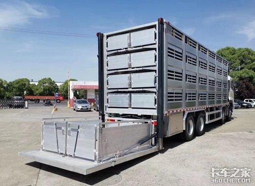 还能给猪洗澡这款畜禽运输车太豪华了
