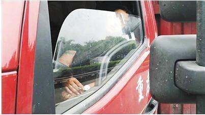 卡友手里的烟还没抽完就在高速睡着了交警:罚款200