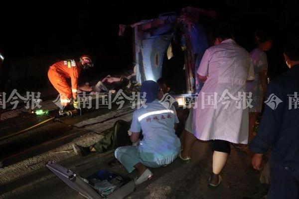 心痛!货车超核载人数结果翻车 2死14伤