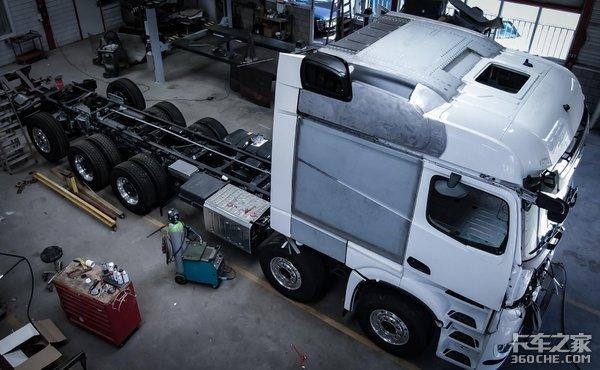 记录奔驰Arocs随车吊改装生活舱过程,很多技术值得我们学习
