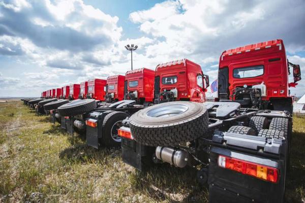 红岩杰卡牵引车批量交付内蒙古大客户助力煤炭绿色运输
