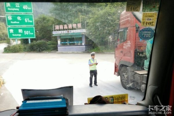 高速公路拦车进服务区这种行为合法吗?