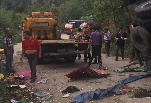 货车侧翻致8死11伤 肇事司机摔伤腿住院