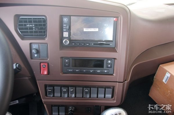 高顶双卧驾驶室配轻量化底盘,实拍重汽王牌8X4载货车
