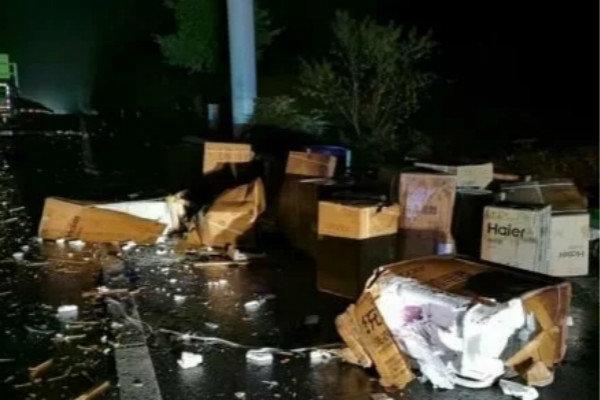 货车停应急车道遭撞翻一车电器砸烂损失40余万