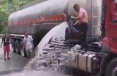 奇了怪了为啥村民接油罐车的食用油司机还不生气?司机:流到地上浪费