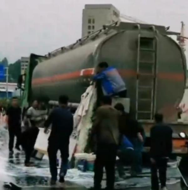 油罐车与货车相撞柴油泄漏:有人拿桶接有人用棉被堵