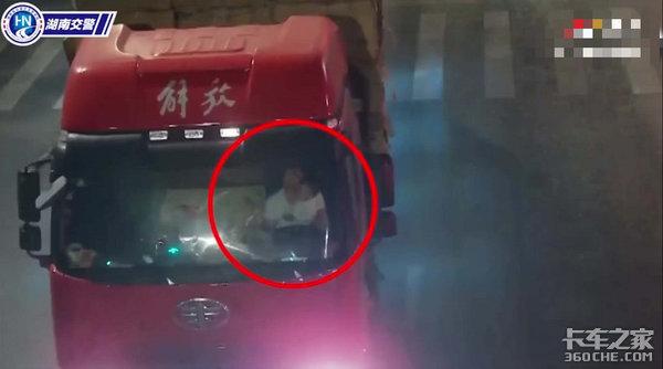 妻子重病,卡友左手抱娃右手开车,挣钱比家人的安全更重要吗?