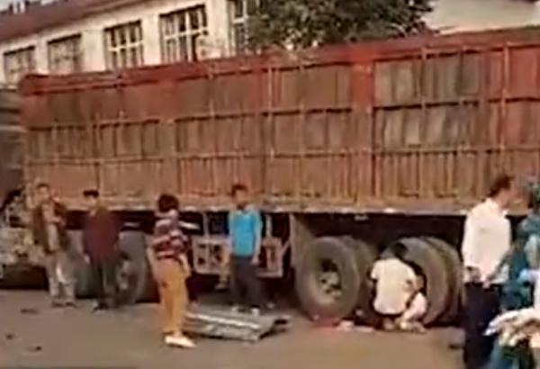 大货车拐弯处不减速与校车相撞村民:有3个孩子和1名老师死亡
