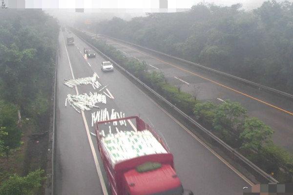 高速上货物突然掉落后方车辆险被砸中