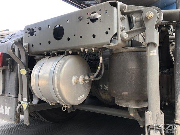 曼技术发动机+ZF变速器+8气囊悬架,实拍重汽汕德卡危化品车