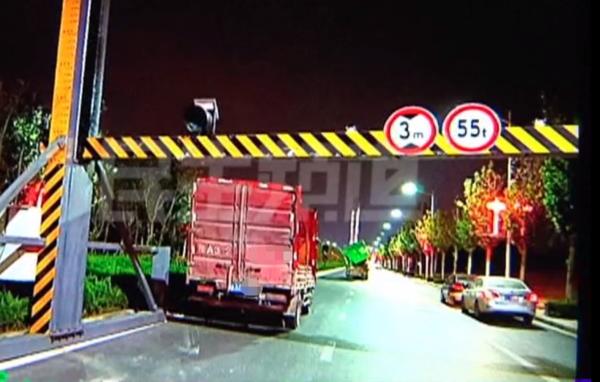 """.9米货车撞上3米限高杆!司机获赔货箱"""""""